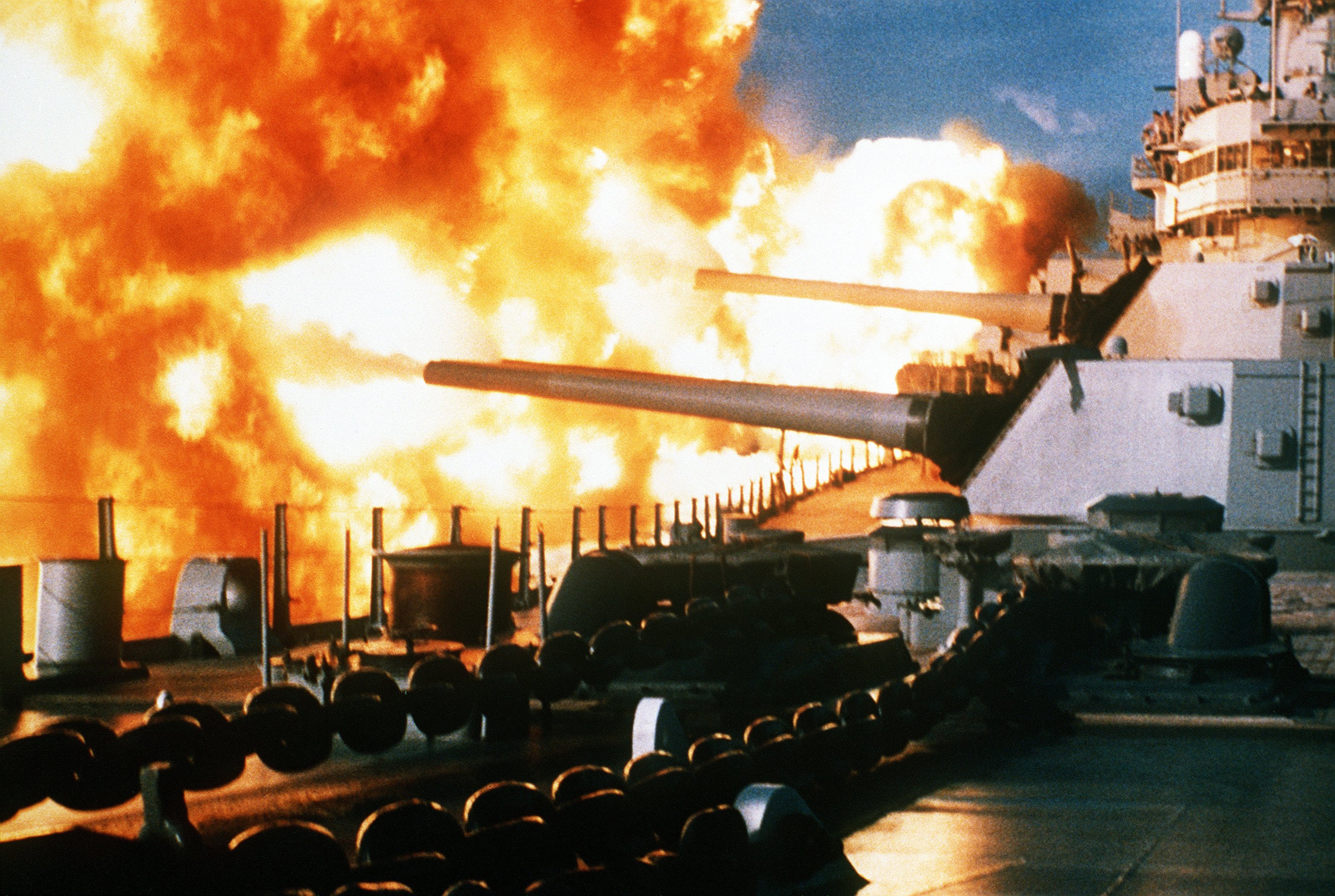 USS_New_Jersey_firing_in_Beirut,_1984