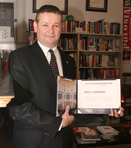 Marek Chodakiewicz with award from US Holocaust Memorial Council
